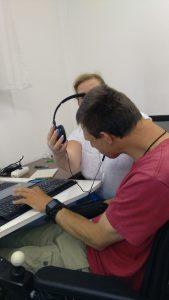 Szociális gondozó felvenni a fejhallgatót a túlmozgásos munkatársnak